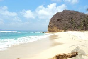 bukit di kanan pantai (si ikan paus)
